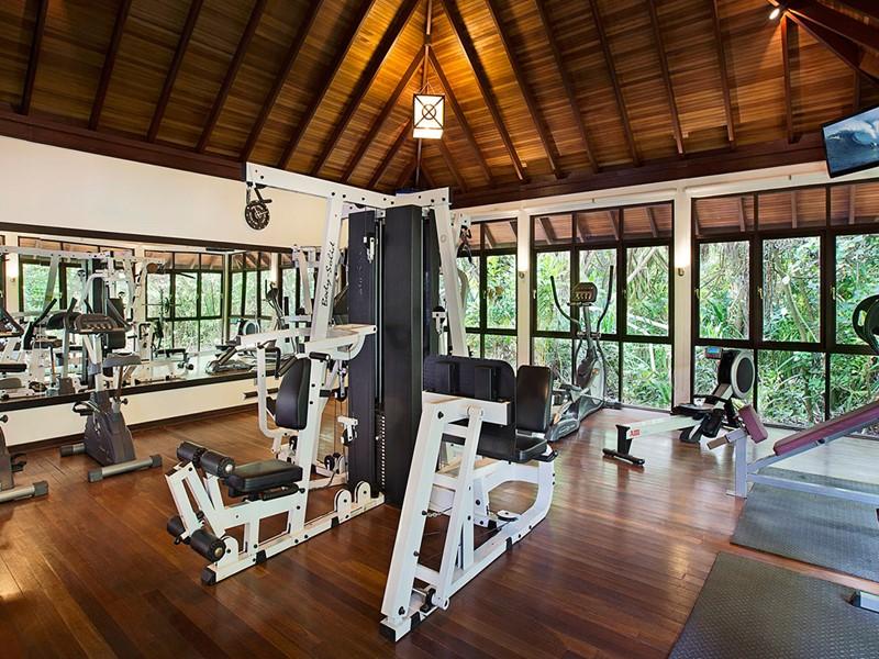 La gym de l'hôtel JA Manafaru situé aux Maldives