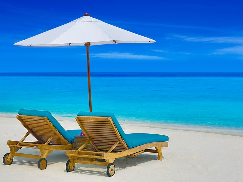 Détente sur la plage de l'hôtel JA Manafaru