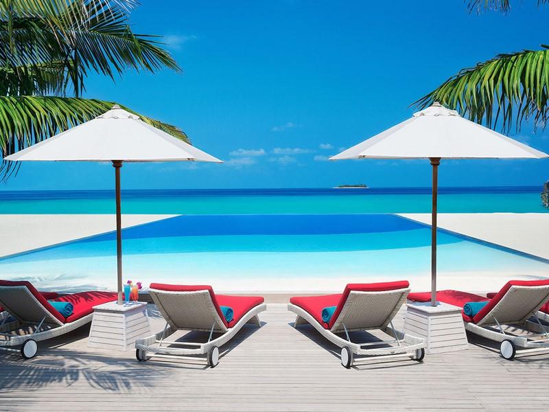 La piscine de l'hôtel JA Manafaru aux Maldives