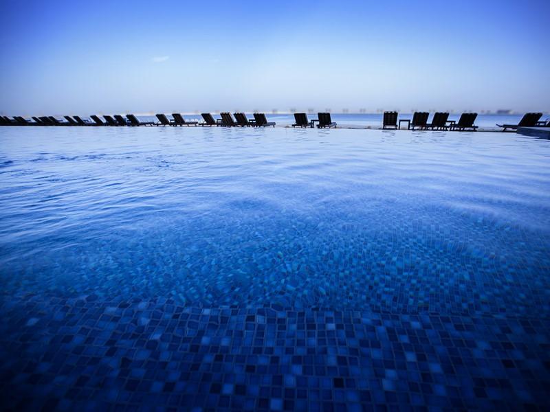 Autre vue de la piscine du Palm Tree Court