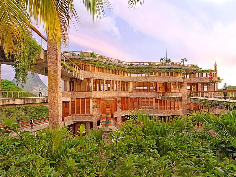 Vue de Jade Mountain, un hôtel à l'architecture raffinée et audacieuse