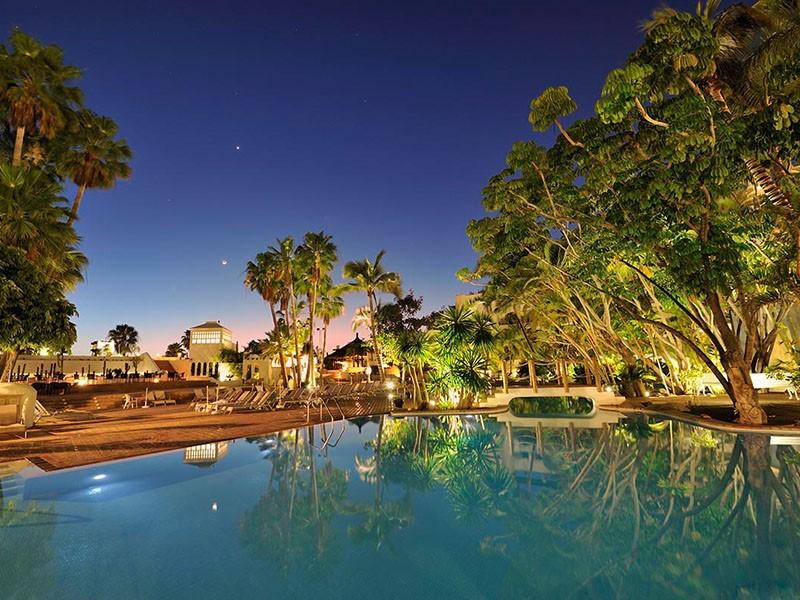 La piscine de l'hôtel Jardin Tropical vue de nuit