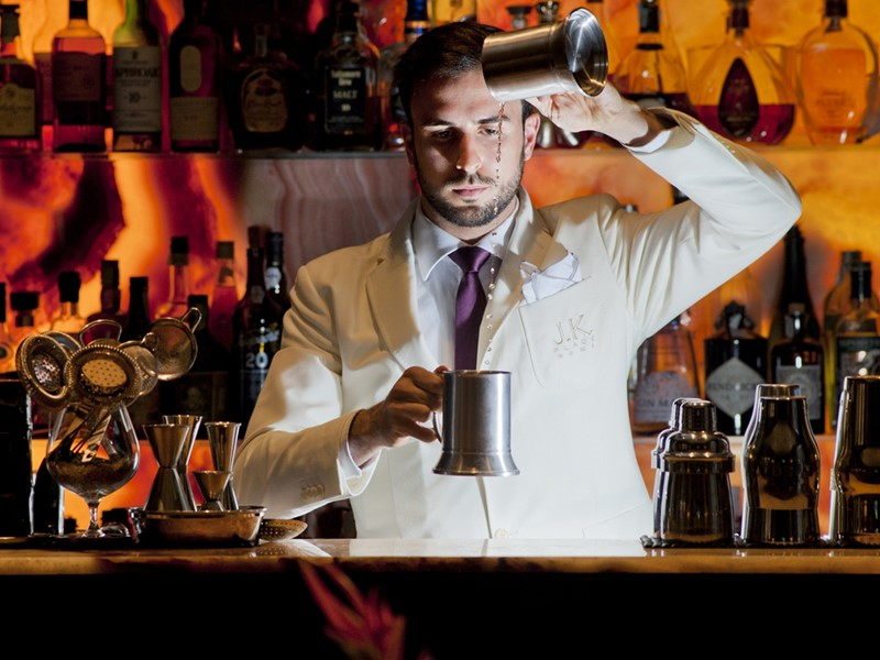 Sirotez des délicieuses boissons au bar de l'hôtel