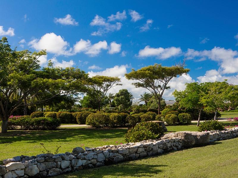 Le jardin luxuriant de l'hôtel Jumby Bay à Antigua