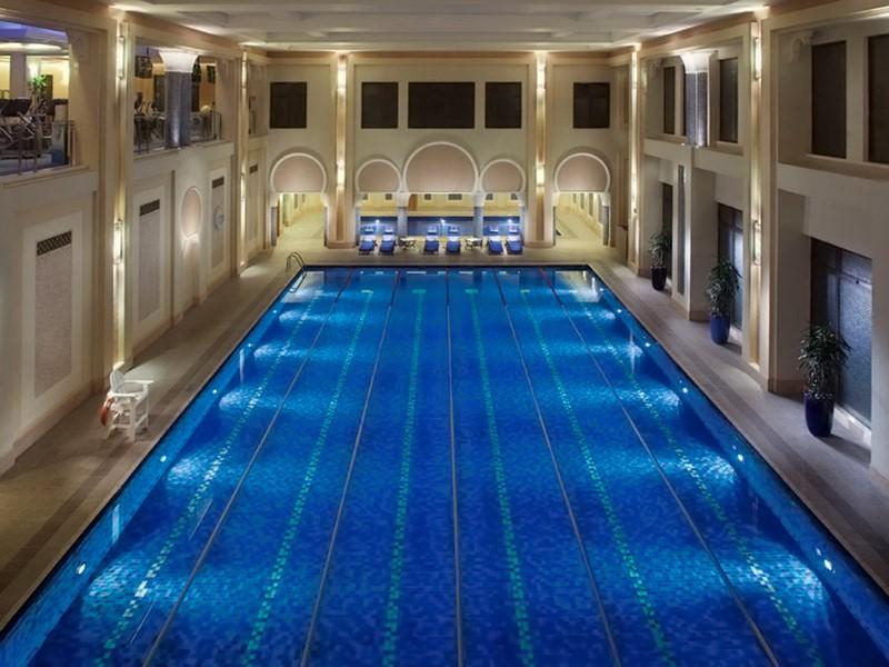 La piscine interne du Dar Al Masyaf à Dubaï