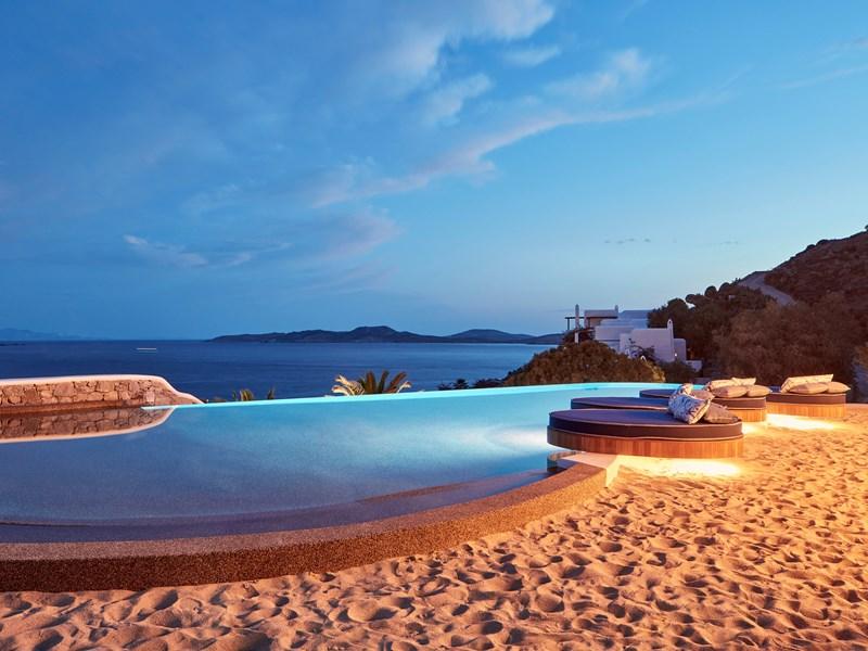 Un magnifique coucher de soleil devant la piscine à débordement