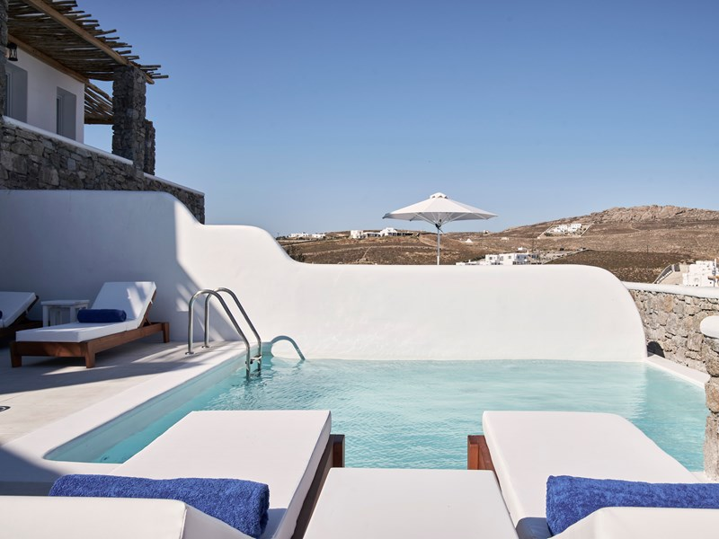 Profitez de la sublime piscine privée de la Katikies Villas