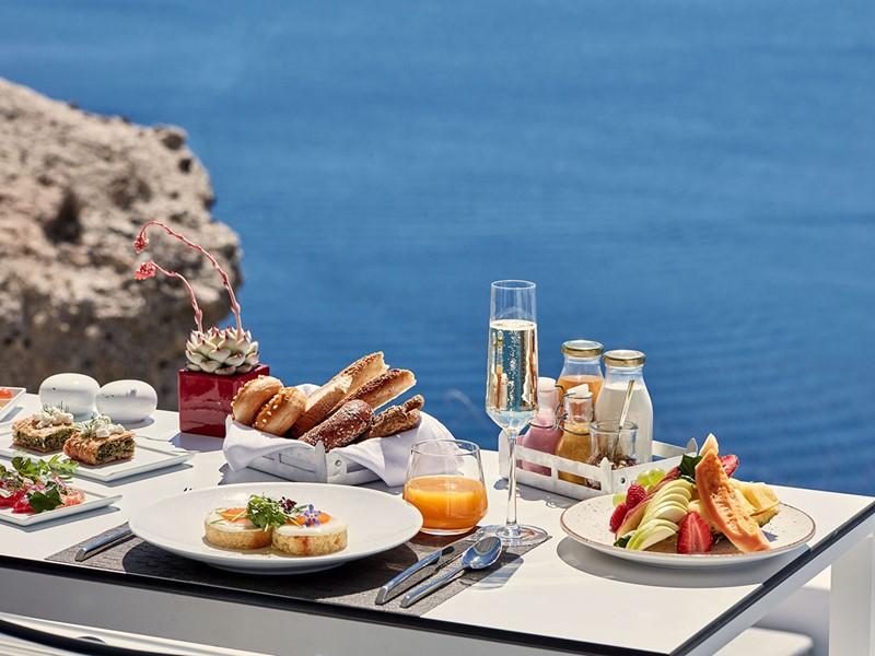 Copieux petit déjeuner face à la mer au Katikies