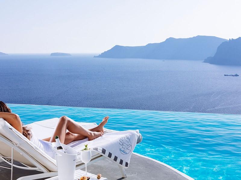 Détente au bord de la superbe piscine de l'hôtel Katikies