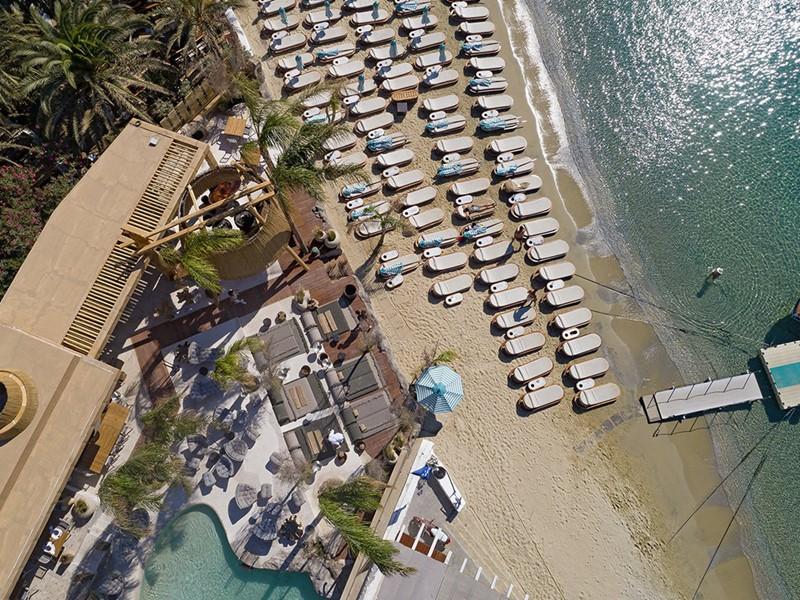 La plage du Kensho Psarou, l'une des plus belles de Mykonos