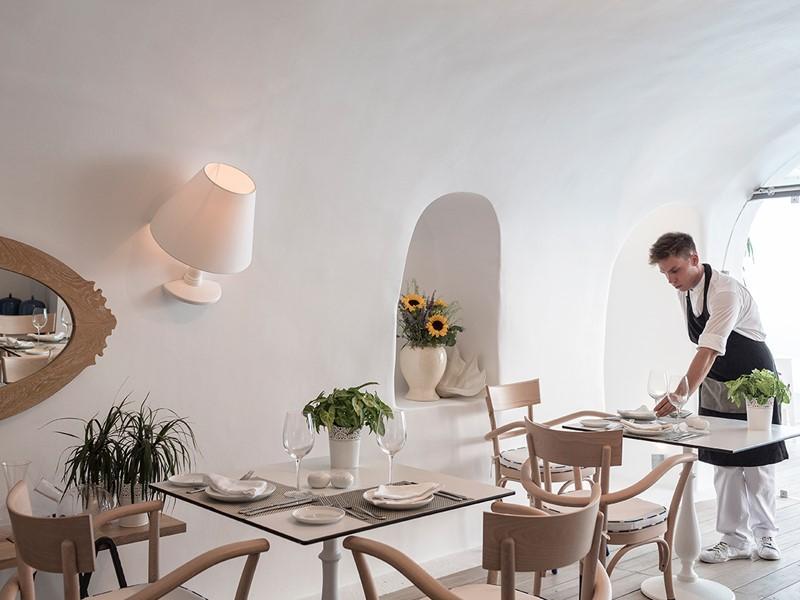 Cuisine locale de Santorin au restaurant Anthòs du Kirini
