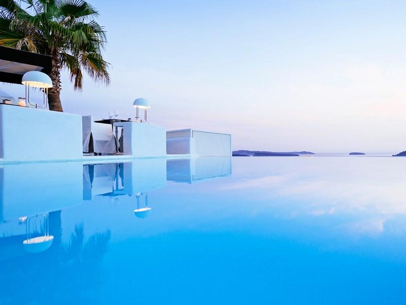 La piscine devant le restaurant Anthos