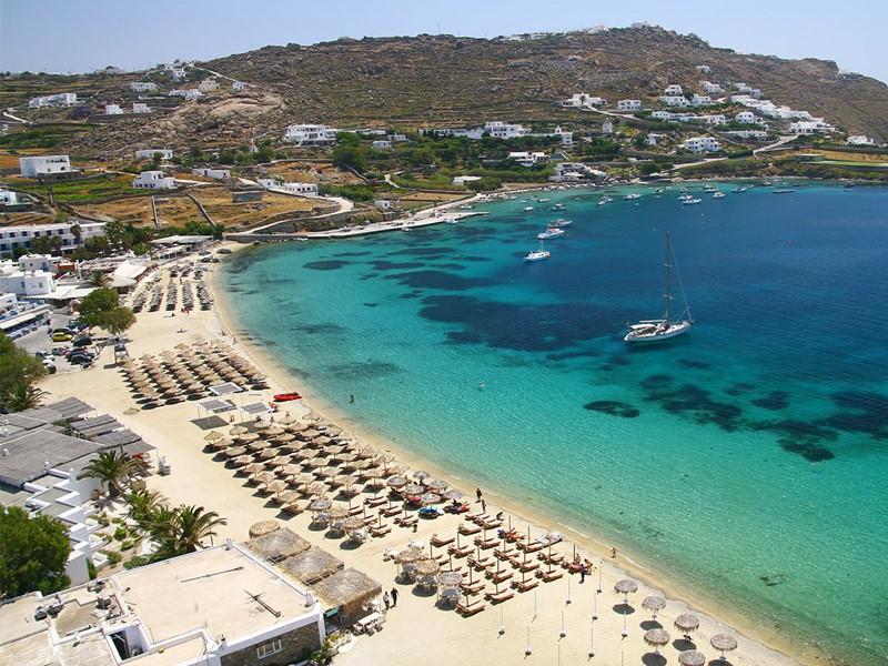La magnifique plage d'Ornos à proximité du Kivotos