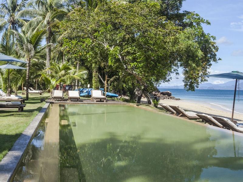 La piscine offrant une vue mer