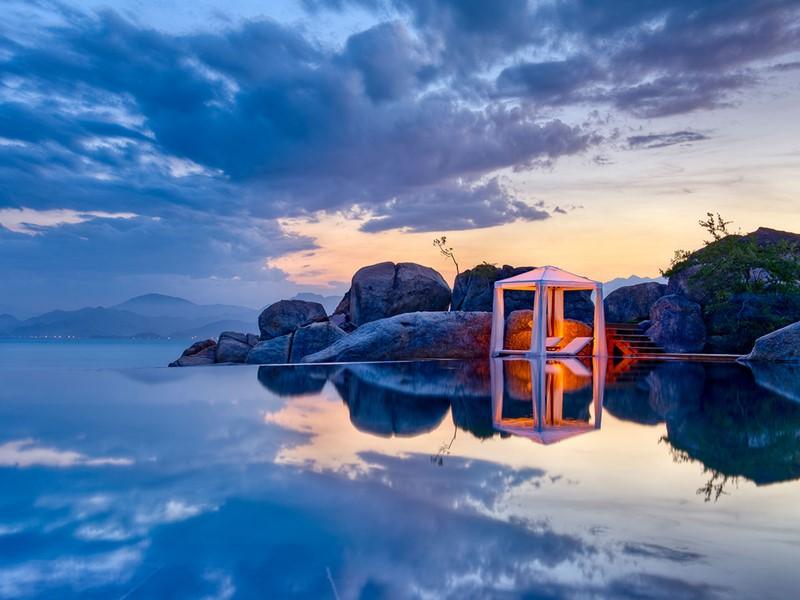 Contemplez le coucher du soleil depuis la piscine