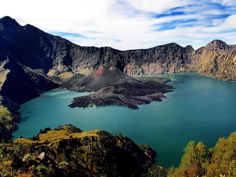 La chaîne volcanique dominée par le Gunung Rinjani offre de magnifiques itinéraires de randonnée