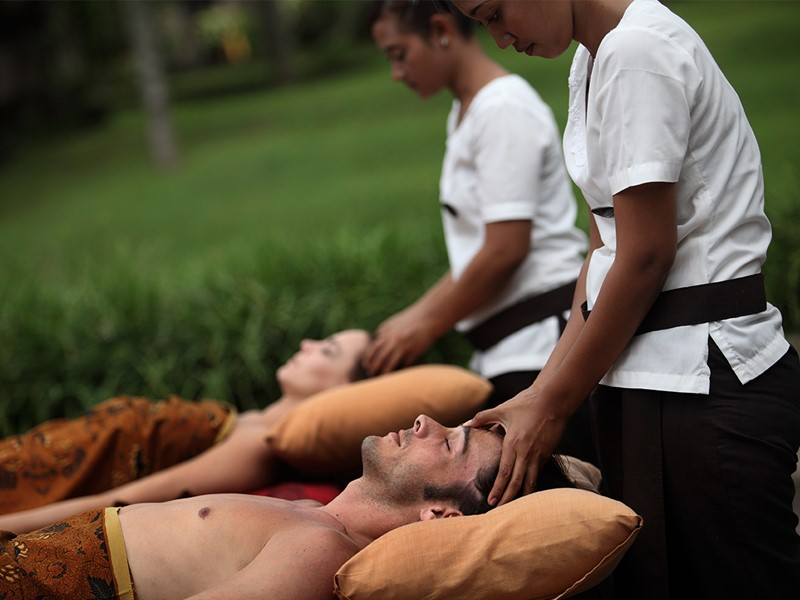 Découverte du traditionnel chemin de relaxation balinais avec de nombreux massages et soins du corps et de beauté à l'Ubud Village