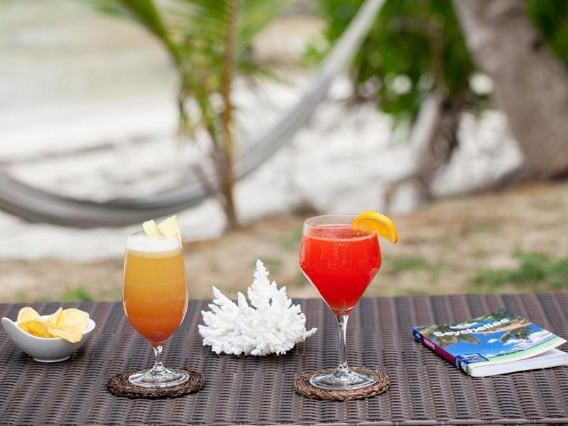 Sirotez des cocktails exotiques à La Belle Tortue Lodge & Restaurant