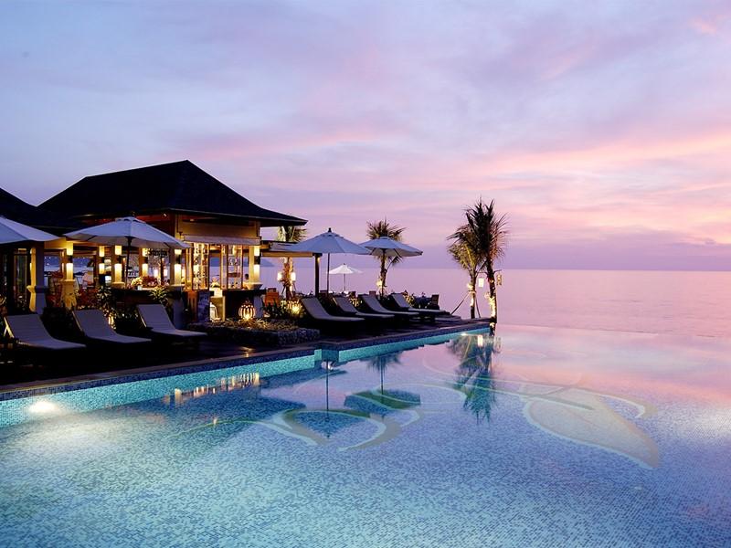 Autre vue de la piscine de l'hôtel La Flora Resort & Spa