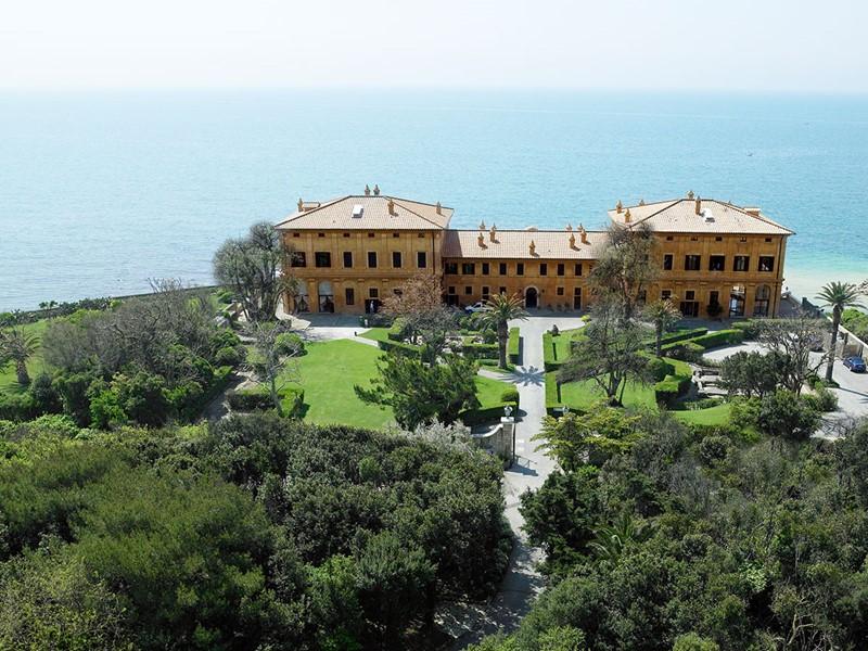 Vue de l'hôtel et du jardin de l'hôtel La Posta Vecchia