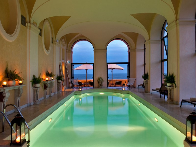 La piscine interieure de l'hôtel La Posta Vecchia