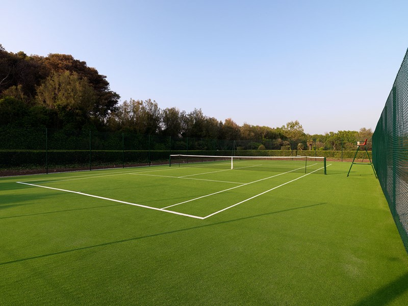 Le court de tennis de l'hôtel La Posta Vecchia en Italie