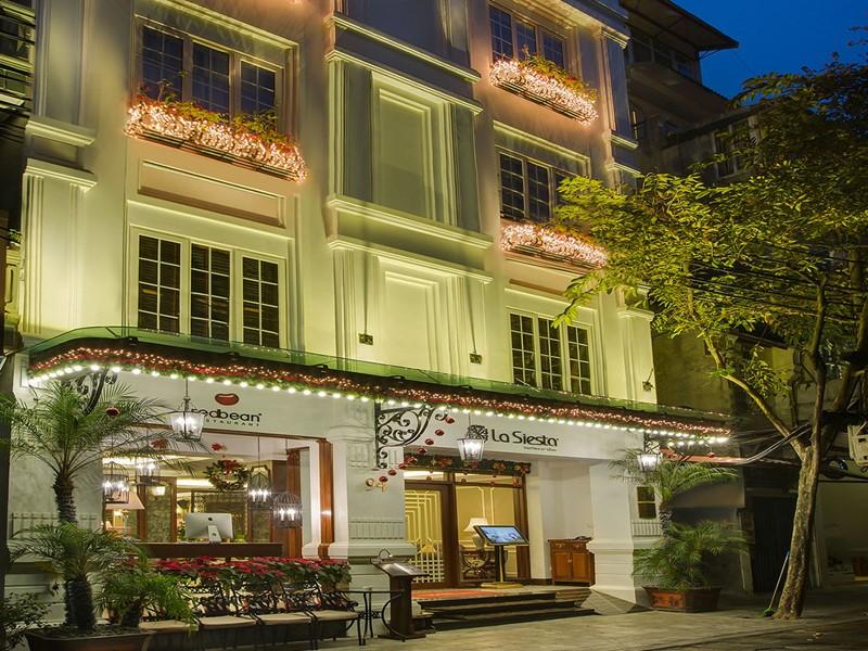La façade de La Siesta situé dans le quartier historique d'Hanoi