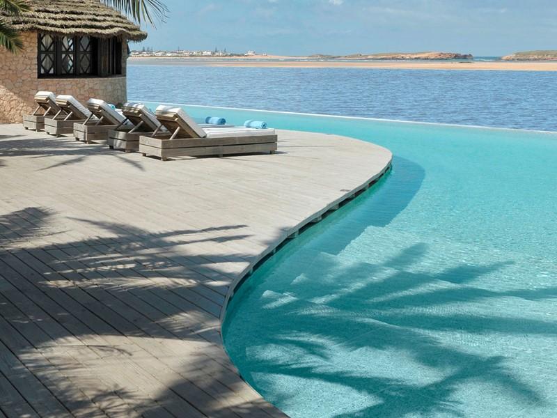 Vue de la piscine de l'hôtel La Sultana Oualidia au Maroc