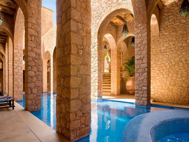 La piscine du spa de l'hôtel La Sultana au Maroc