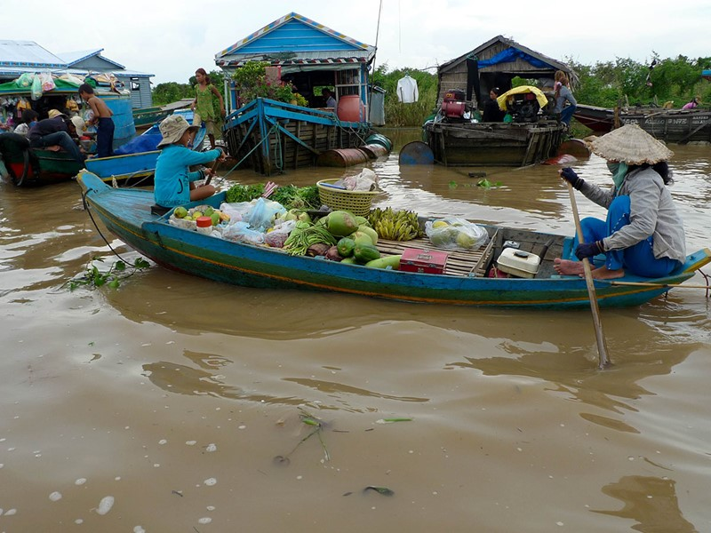 Découverte de villages surprenants flottants sur le lac Tonlé Sap