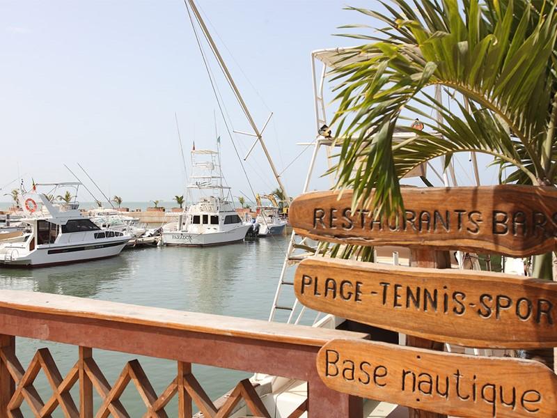 Vue sur le port depuis Le Lamantin Beach Hotel en Afrique