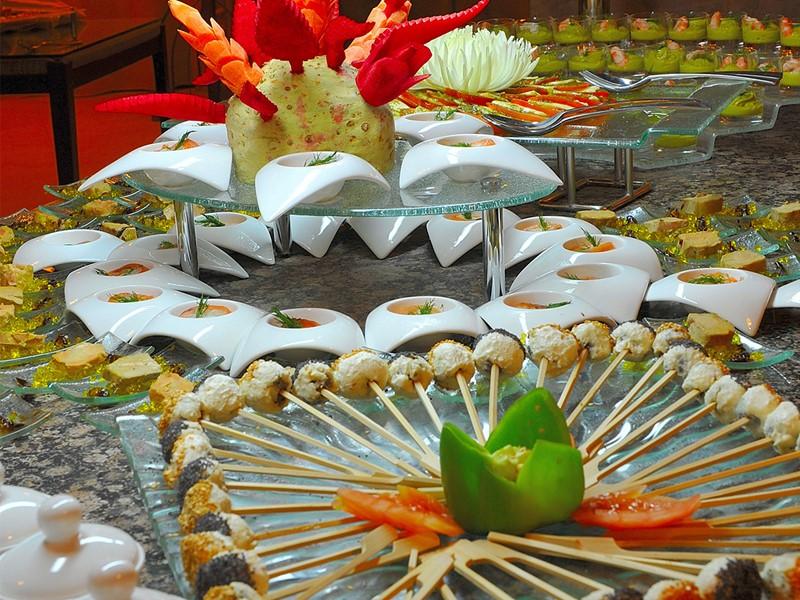 Le buffet de l'hôtel Le Lamantin Beach situé en Afrique
