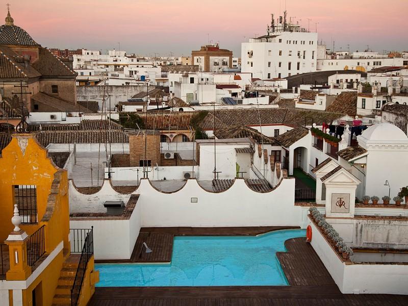 La piscine du toit de l'hôtel Las Casas de la Juderia avec vue sur quartier historique de Séville