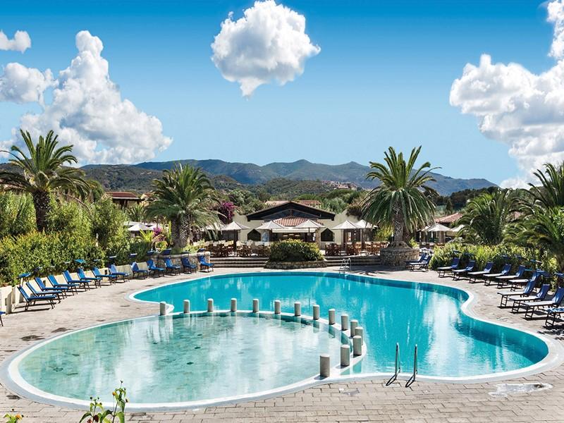 La magnifique piscine de l'hôtel Le Dune Resort et Spa