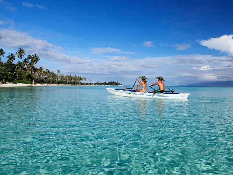 Naviguez sur une eau turquoise