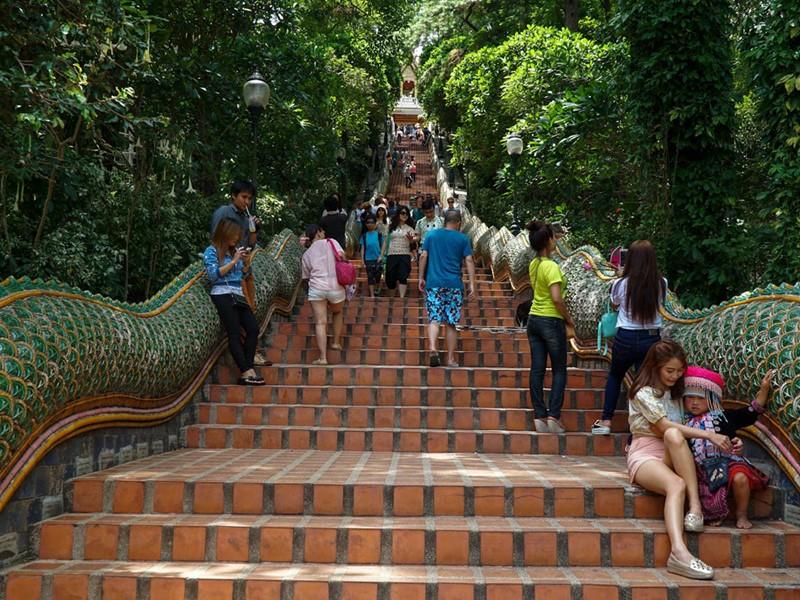 L'entrée en forme de naga du temple de Doi Suthep