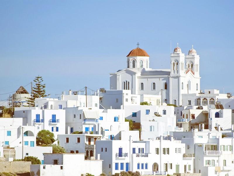 Entre culture et beauté architecturale, Paros saura vous émerveiller.