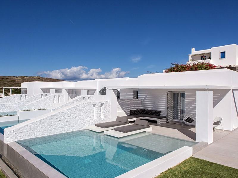 Vue extérieure de la Suite supérieure avec piscine privée du Paros Aganti