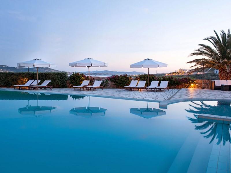 Extérieurs et piscine du Paros Agnanti