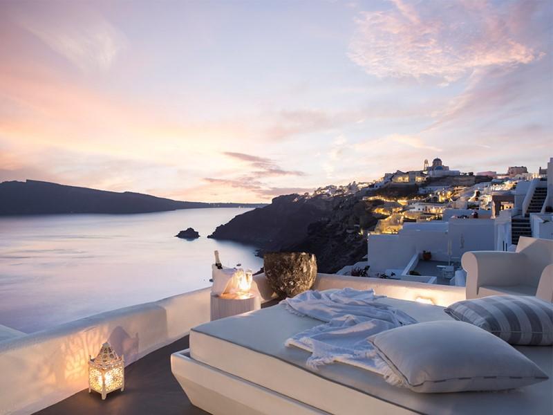 Profitez d'un magnifique coucher de soleil à l'hôtel Kirini Suites & Spa.
