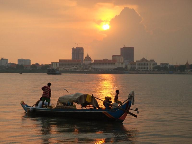 Admirez le coucher de soleil au bord de la rivière de Phnom Penh