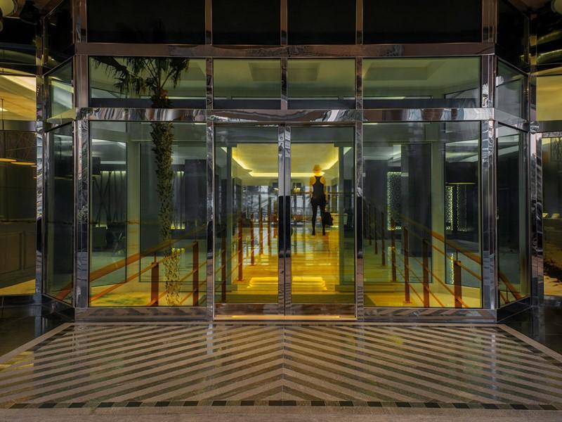 L'entrée de l'hôtel Méridien Mina Seyahi à Dubaï
