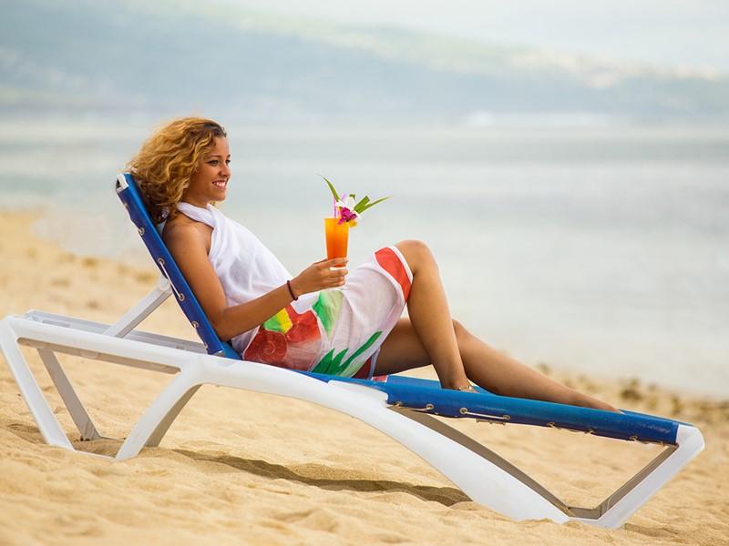 Sirotez un délicieux cocktail sur la plage de l'hôtel Le Nautile