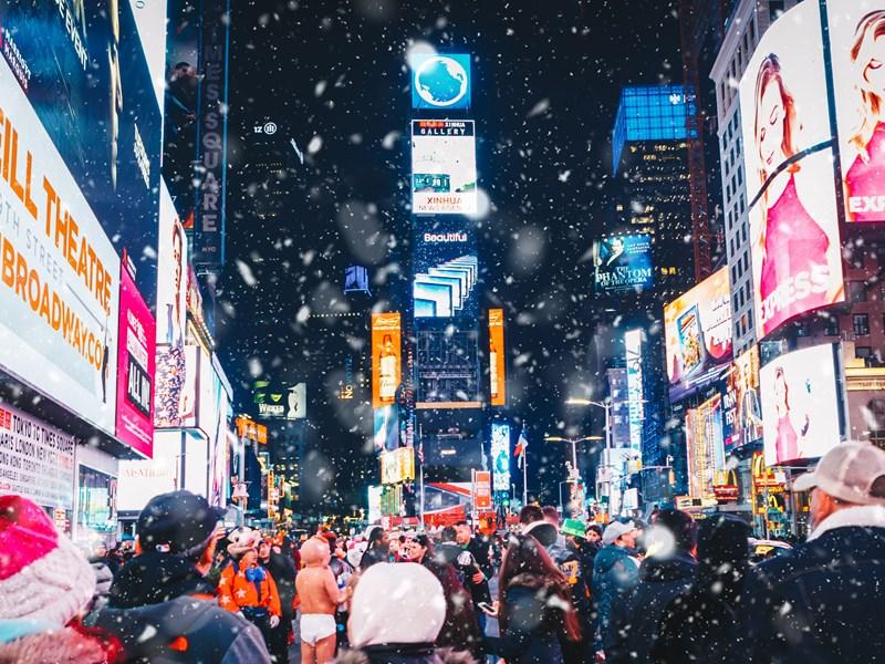 Times Square, les voyageurs du monde entier s'y promènent dans une agitation joviale