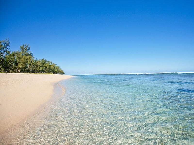La superbe plage bordée de filaos de l'hôtel Le Récif