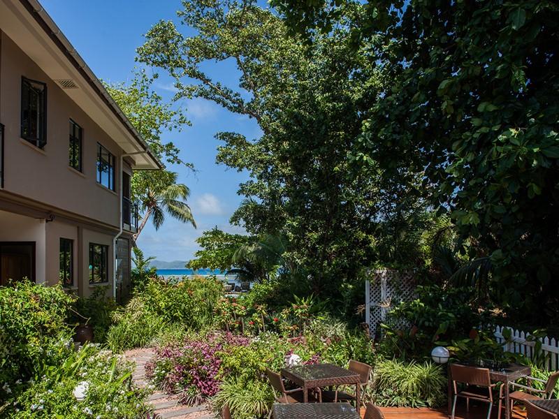 Le Repaire est situé au cœur d'un beau jardin tropical