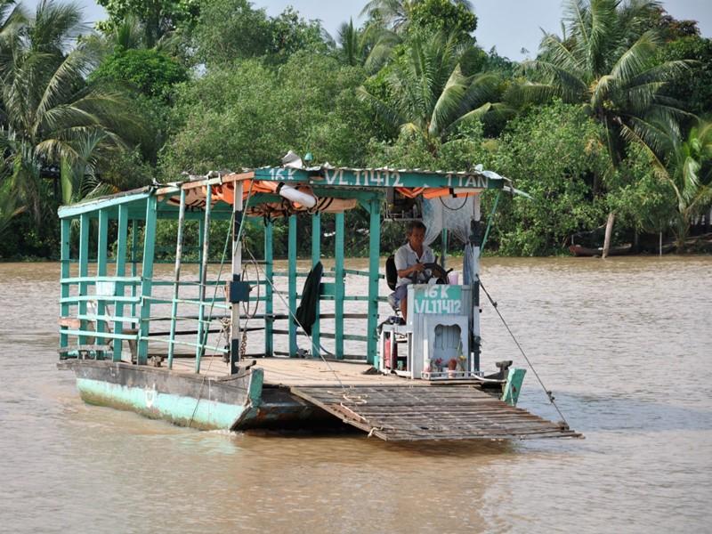 Différents moyens de transport sont utilisés pour explorer le fleuve