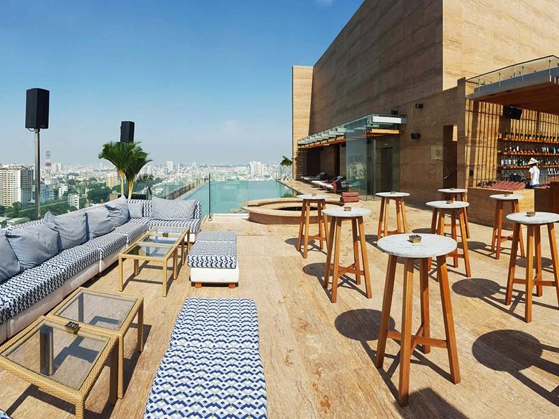 Reposez-vous sur la belle terrasse de l'Hotel des Arts à Saigon