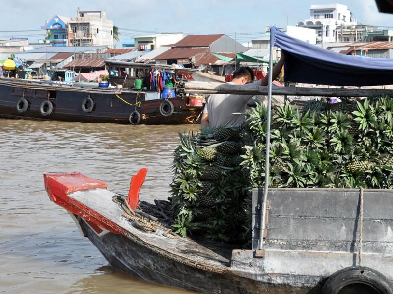 Les marchands sur leurs barges traditionnelles