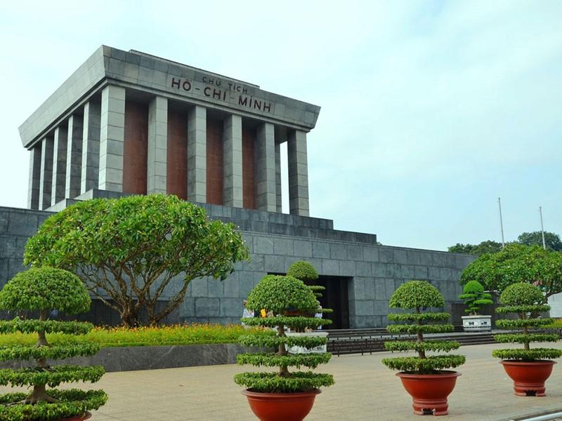 Contemplez le mausolée d'Ho Chi Minh
